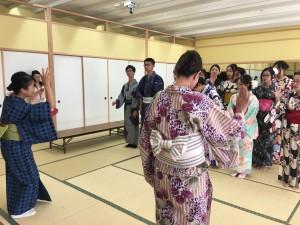日本の大学と海外の大学による交換留学生の浴衣着付け体験授業